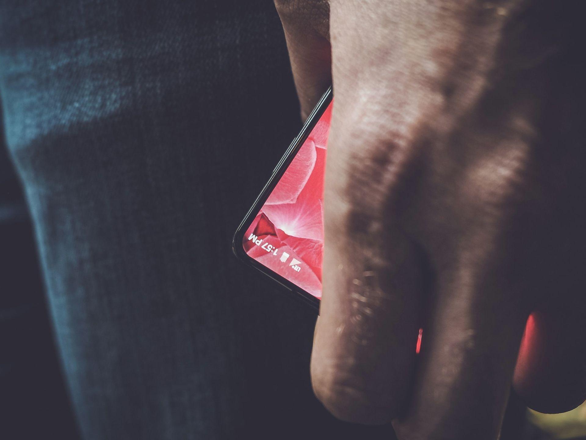 Andy Rubins nya telefon kan visas upp i morgon