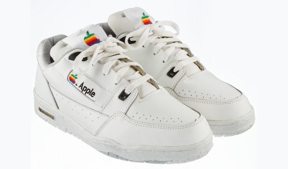 Apple vintage-sneakers säljs på auktion