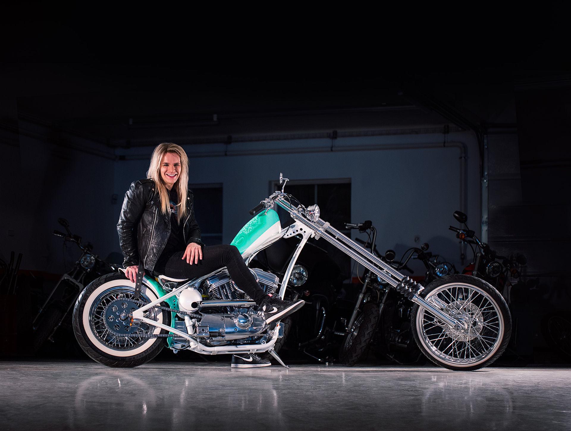 Glamrockarens custombyggda Harley är klar