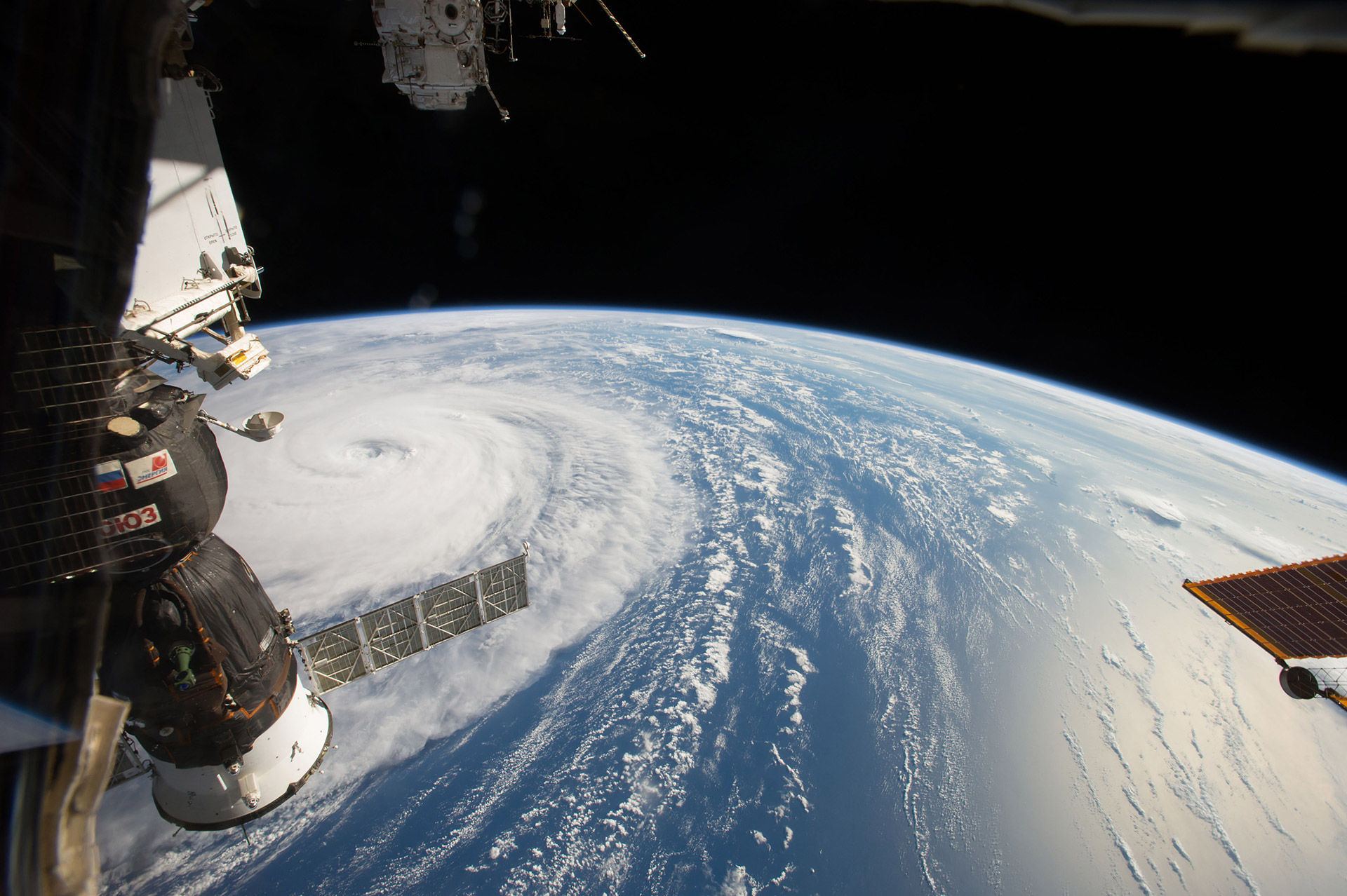 NASA fotar mäktig tyfon från rymden