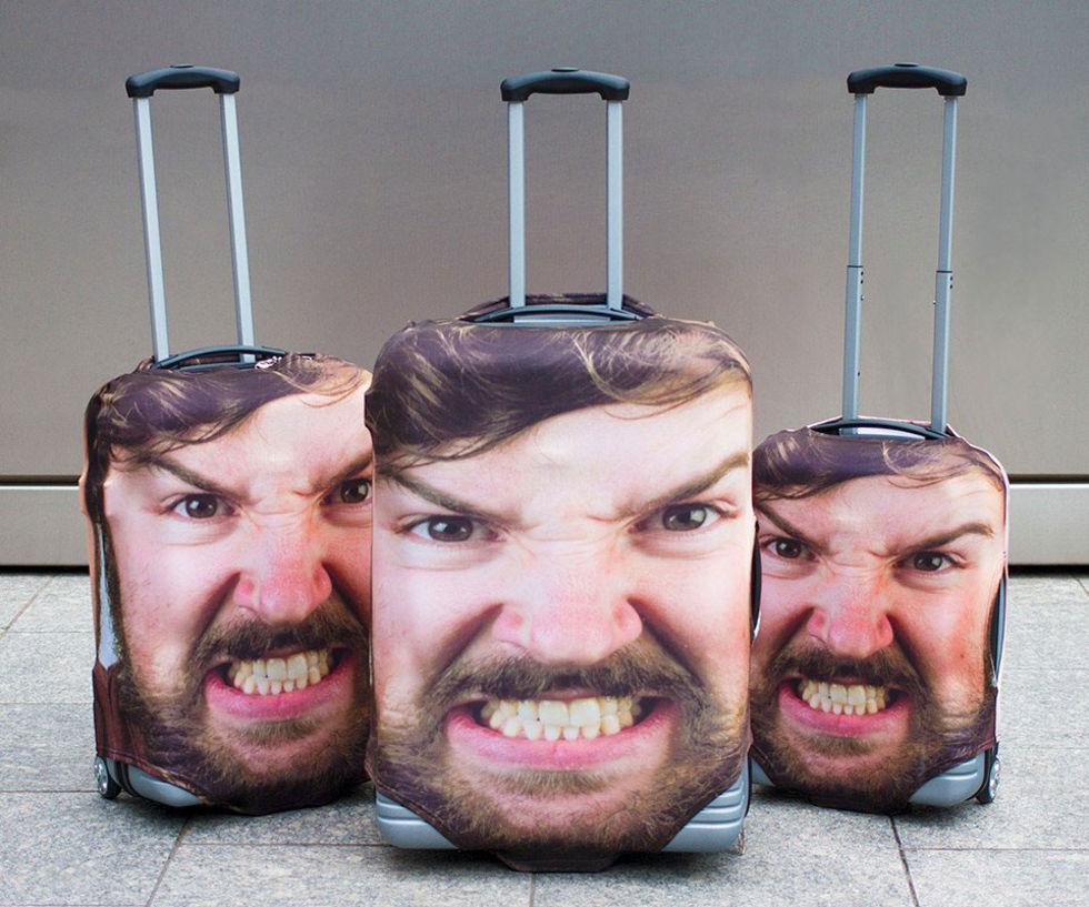 Ha ditt eget ansikte över resväskan