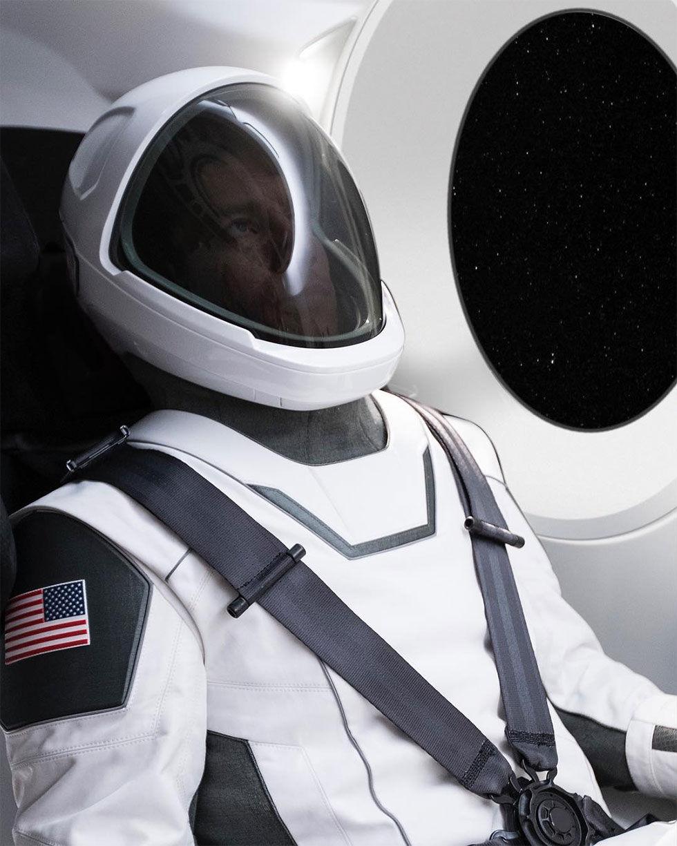 Elon Musk visar upp SpaceX rymddräkt
