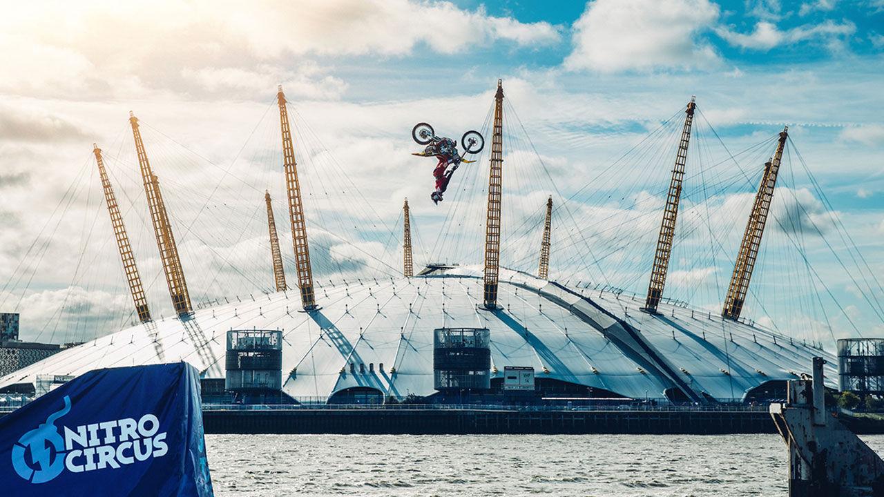 Travis Pastrana gör bakåtvolt över Themsen