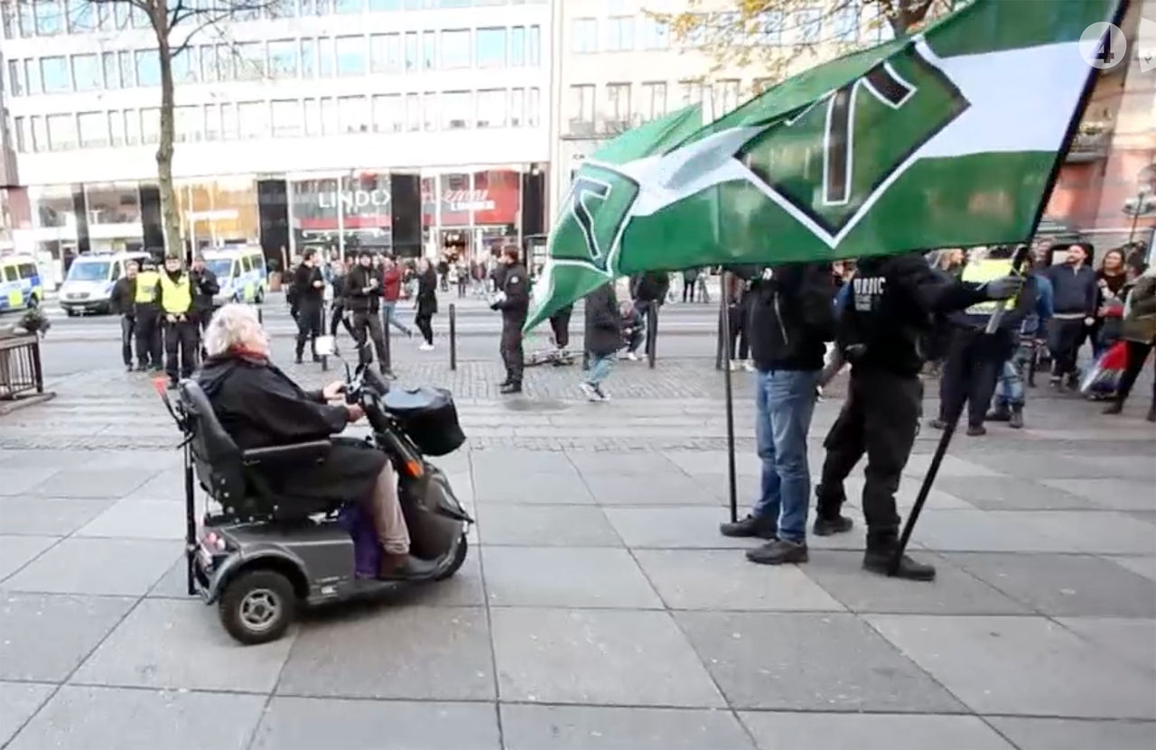Dam i permobil vs nazister