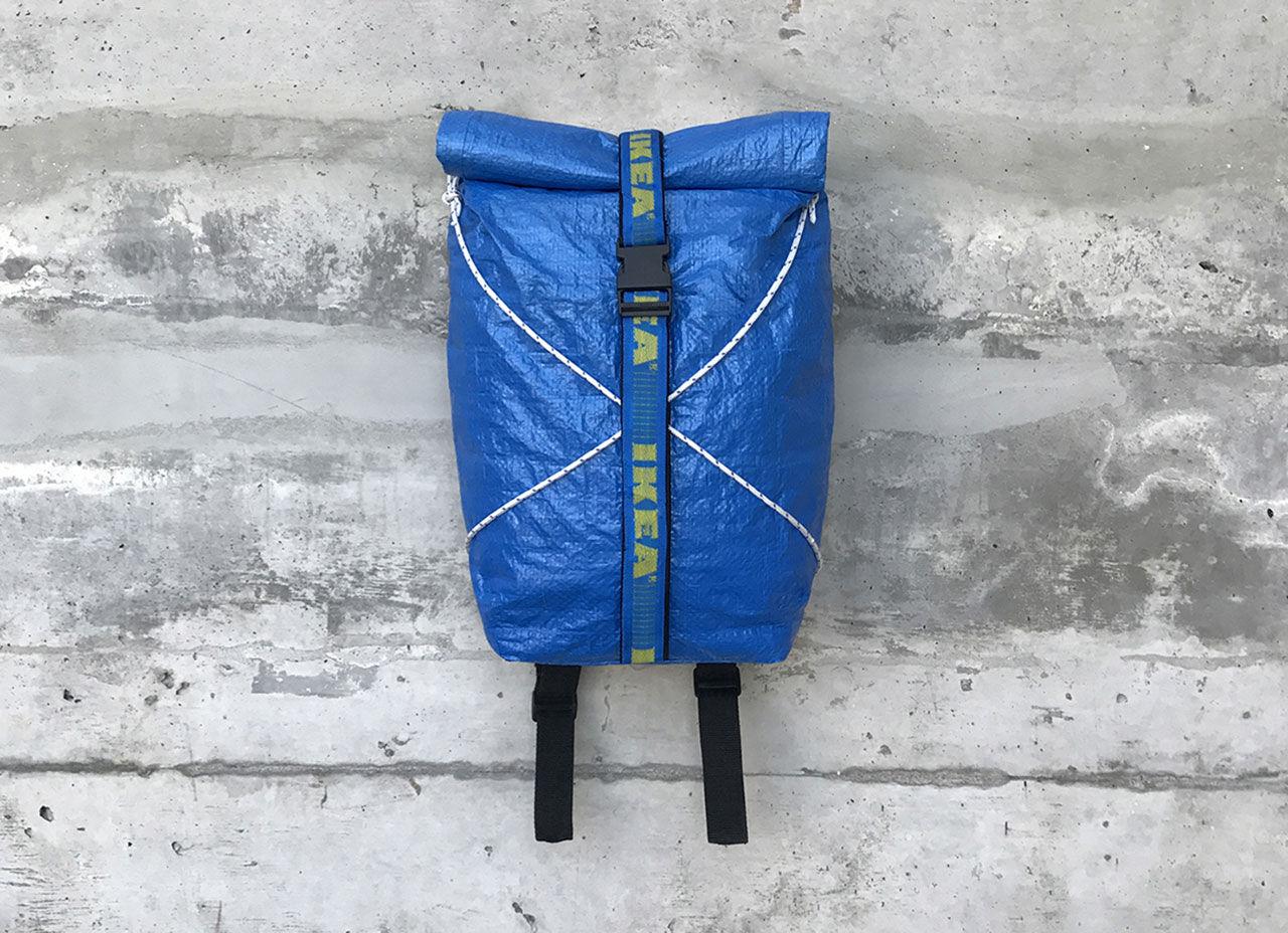 Ikeas blåa kasse som ryggsäck