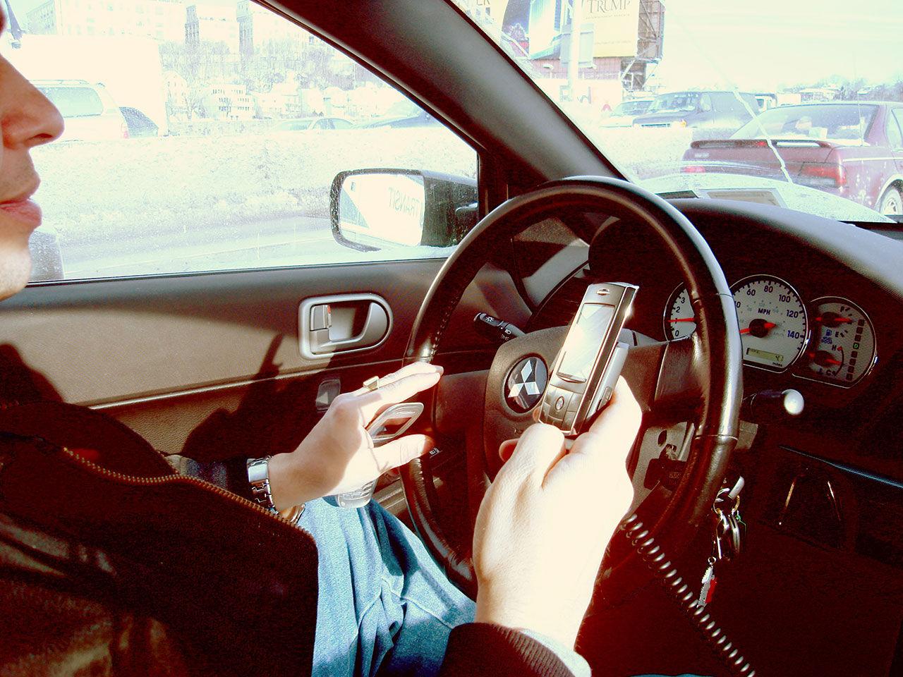 Hålla mobiltelefon i handen under körning förbjuds