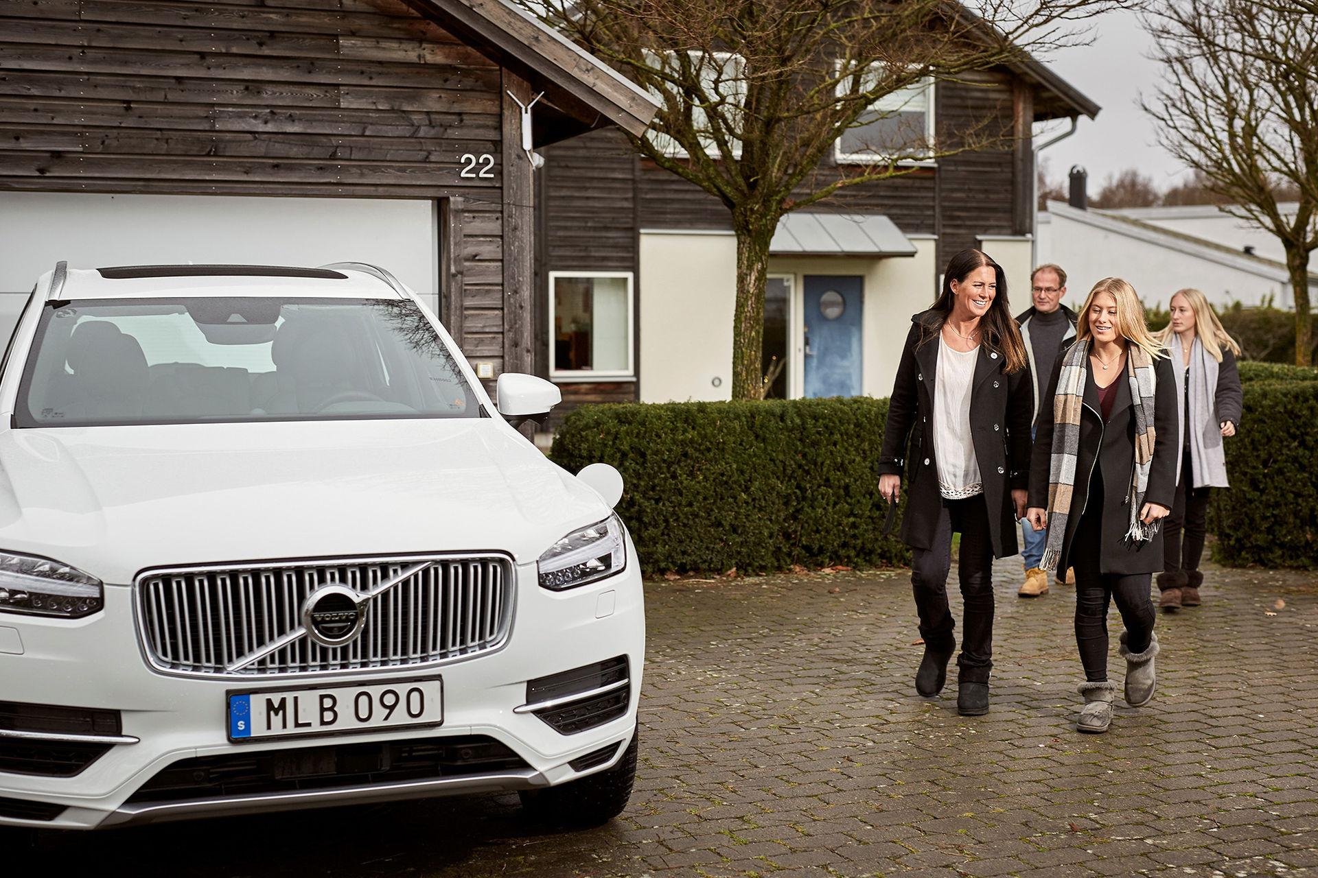 Två familjer börjar använda Volvos självkörande bilar