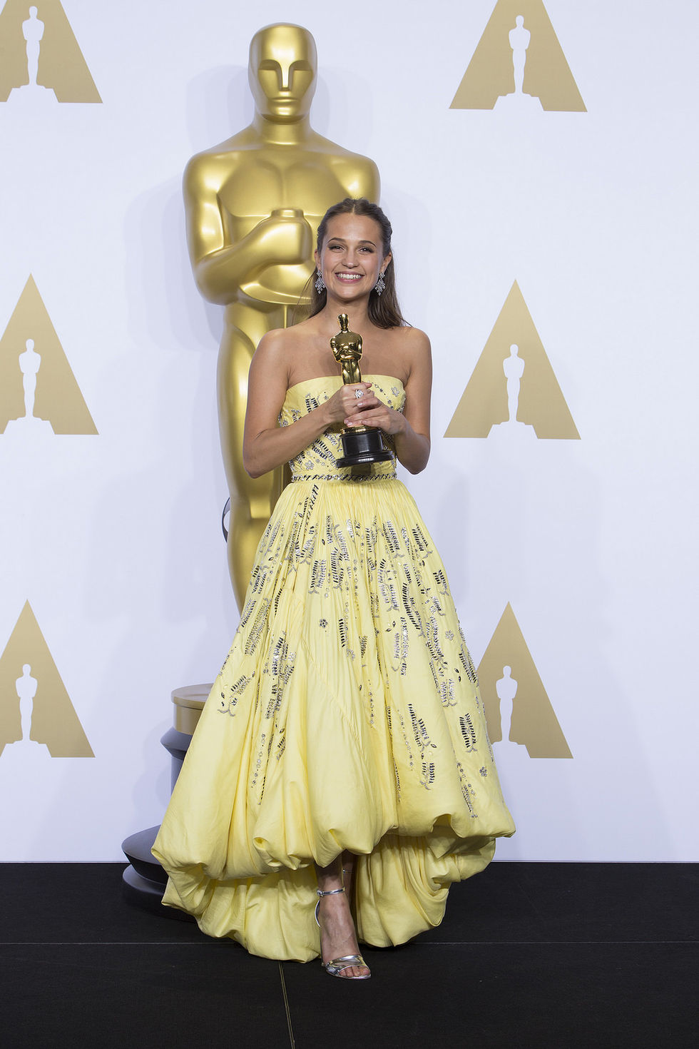 Alicia Vikander delar ut Golden Globe