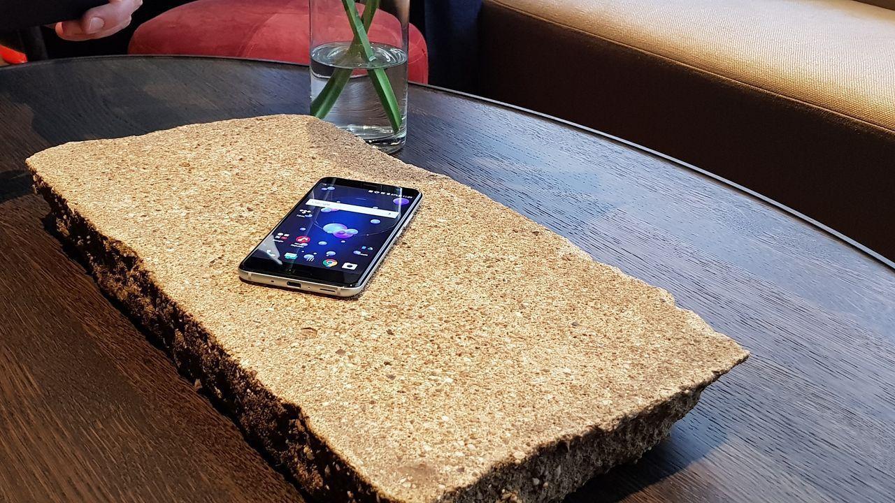 HTC kommer att fortsätta att göra mobiltelefoner