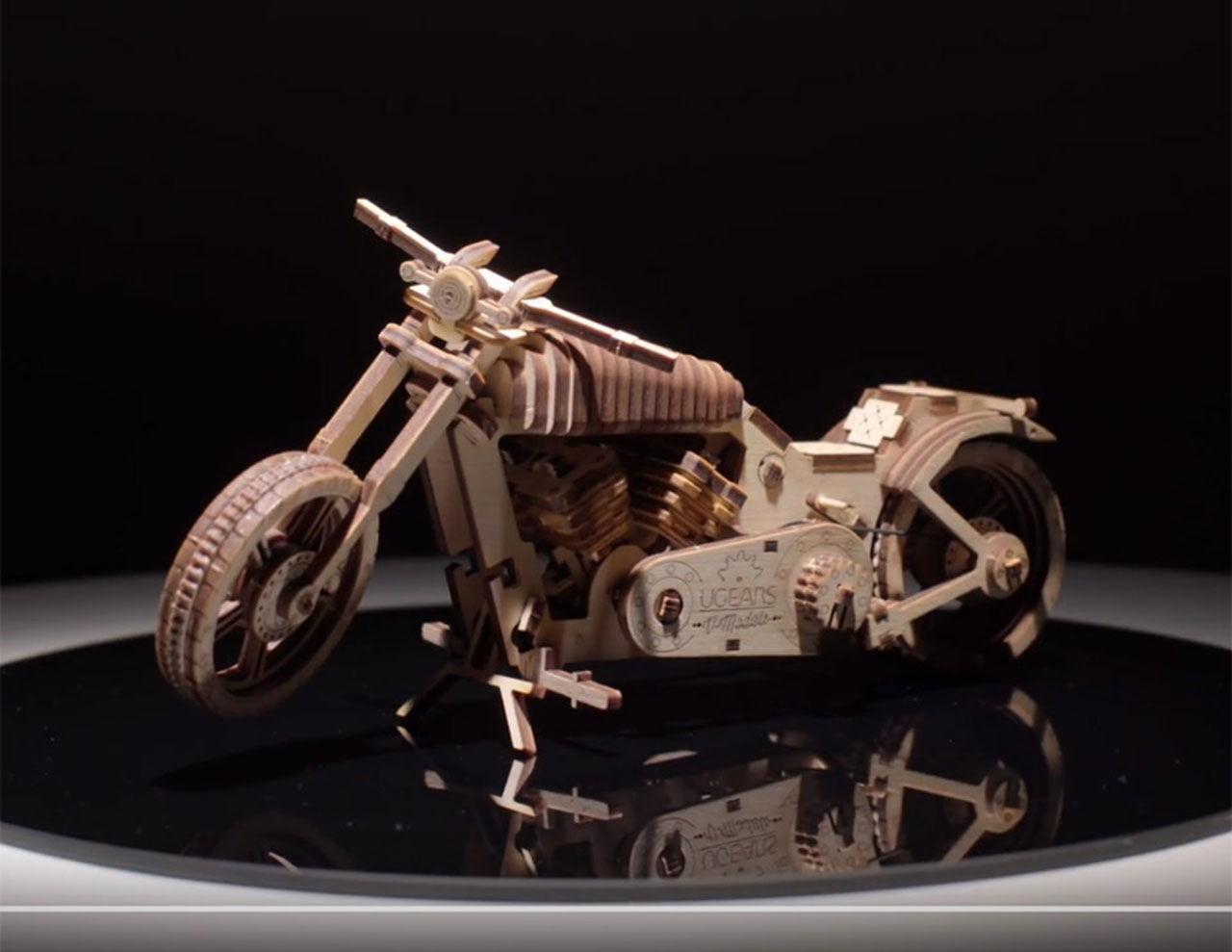 Motorcykelmodell i trä