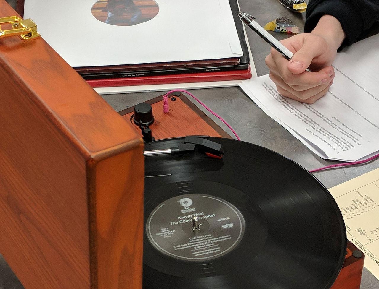 Skön kille tar med vinylspelare till prov i skolan