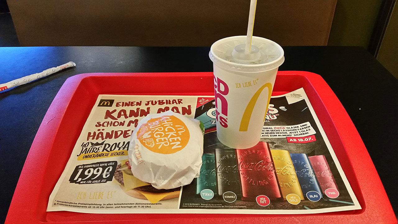 McDonald's kommer fortsätta med sugrör i plast