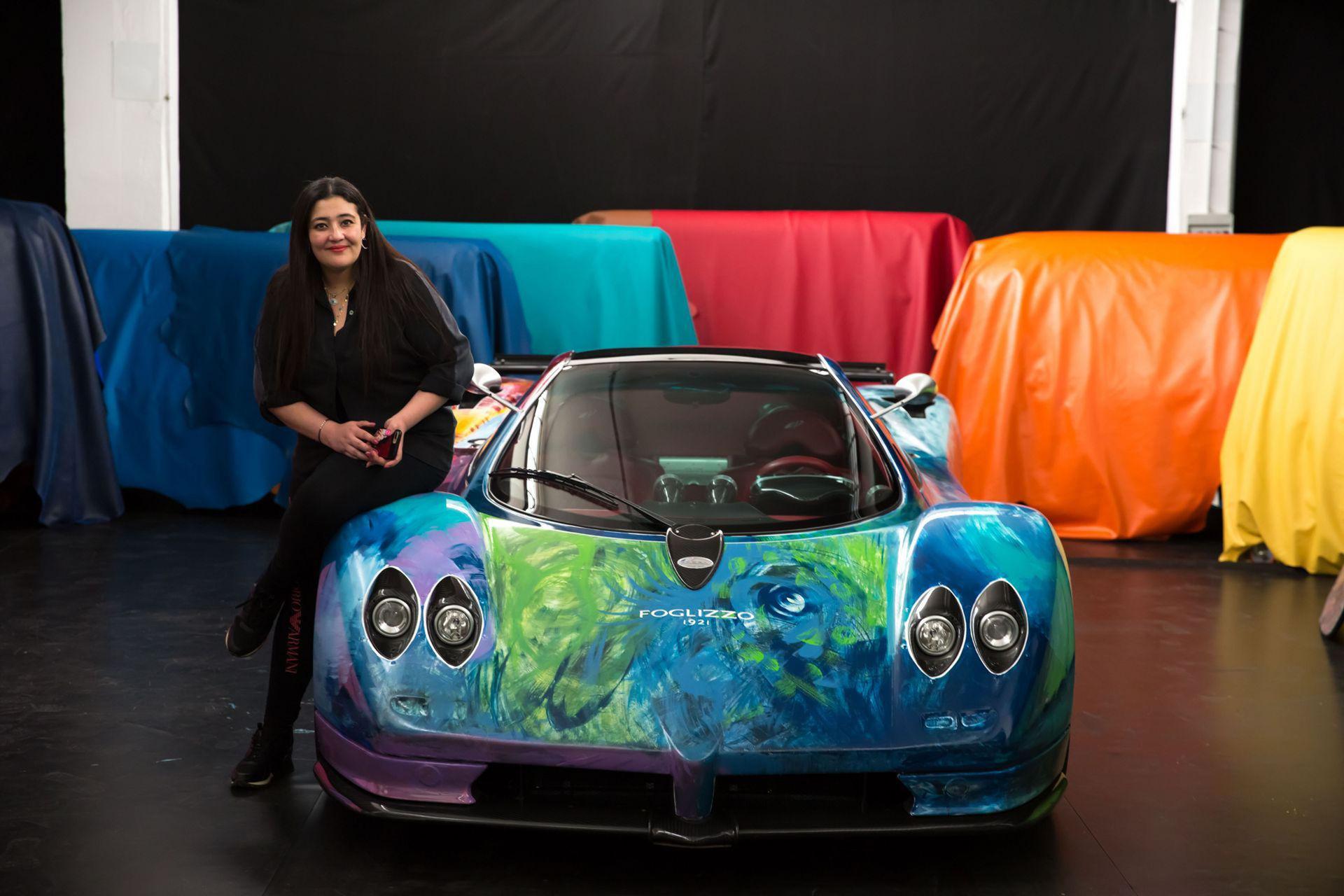 Konstnär penslade färg på en Pagani Zonda S