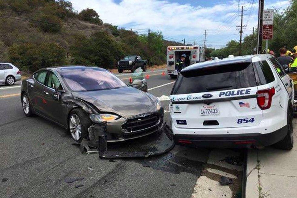 En Tesla Model S krockade med parkerad polisbil