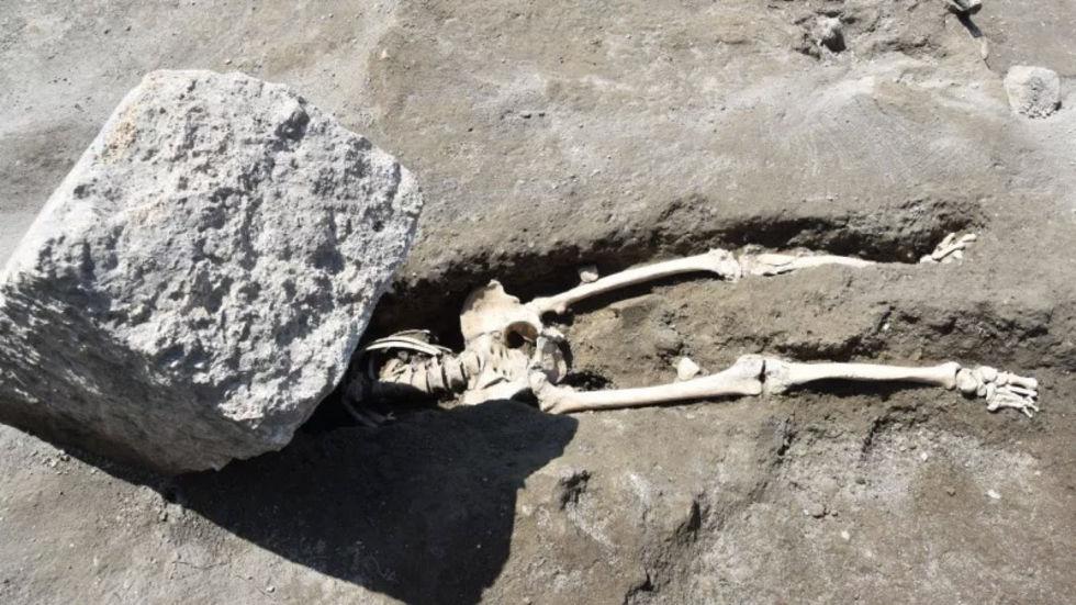 Flydde från vulkan men blev dödad av fallande stenblock