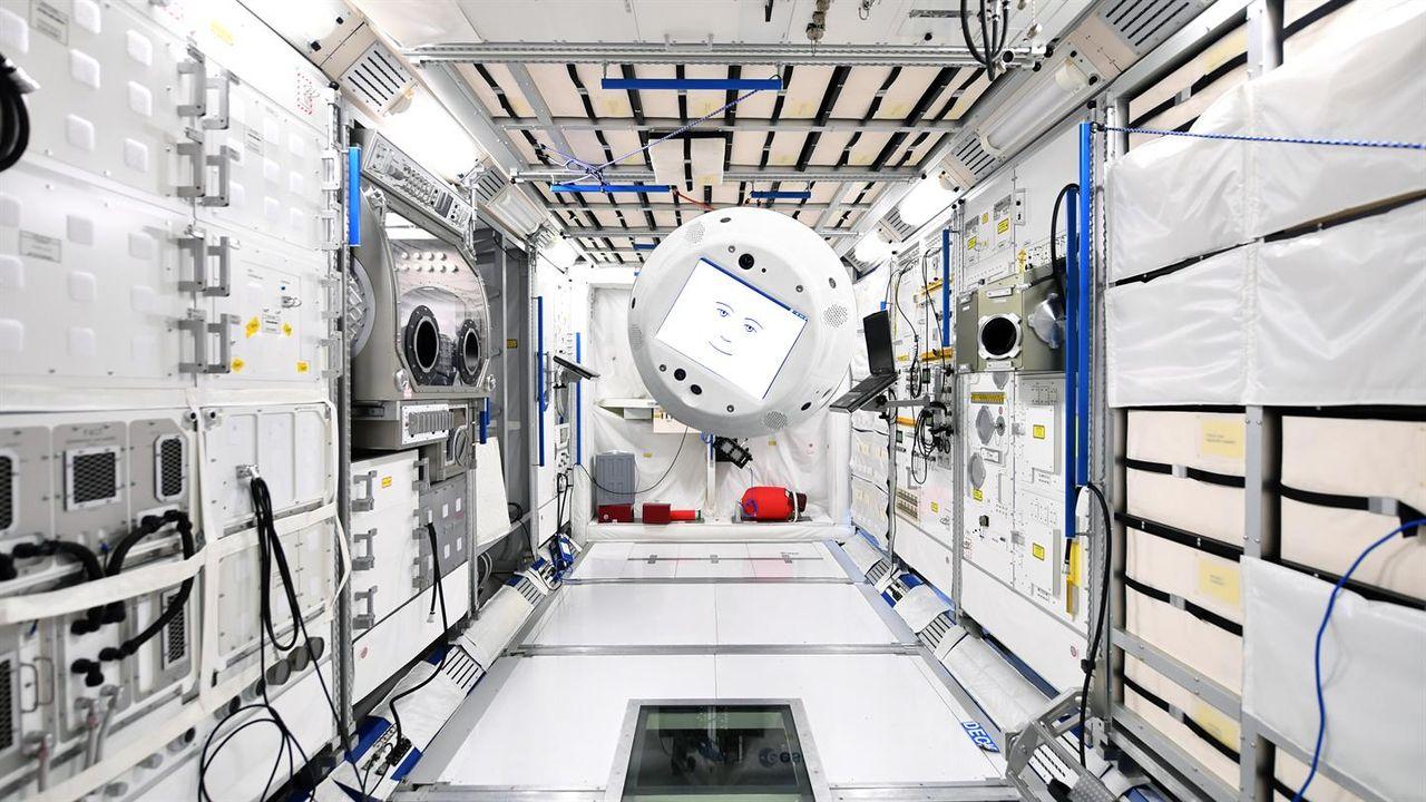 Roboten CIMON åker till ISS