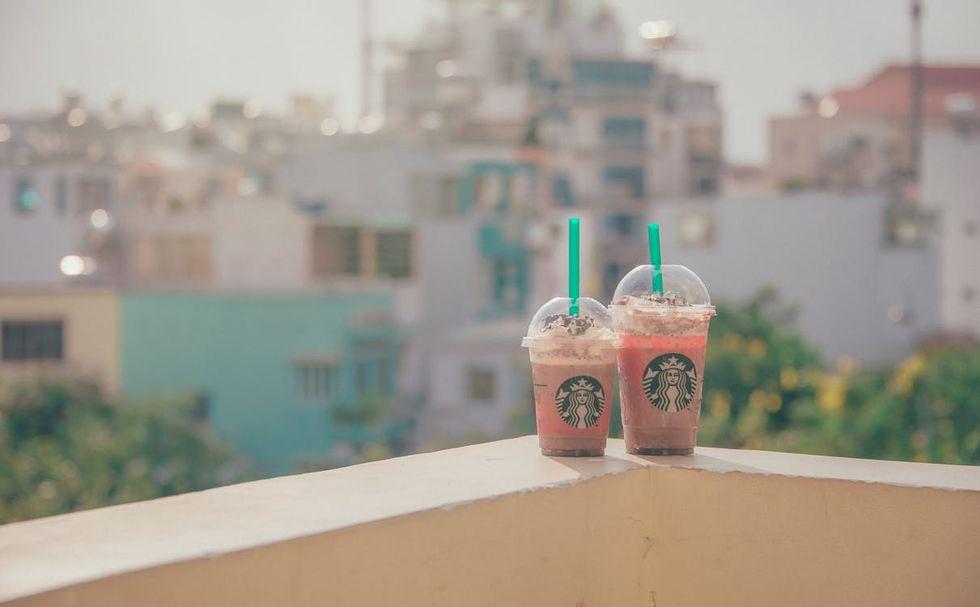 Nu ska även Starbucks sluta med sugrör i plast