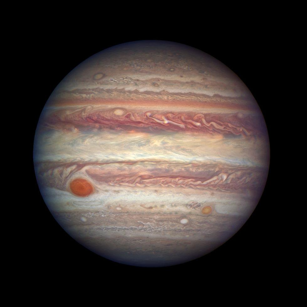 Astronomer upptäcker tolv nya månar runt Jupiter