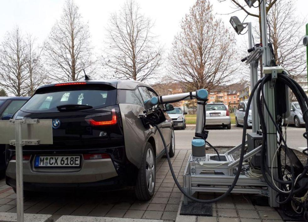 Robot hjälper till att ladda elbilar