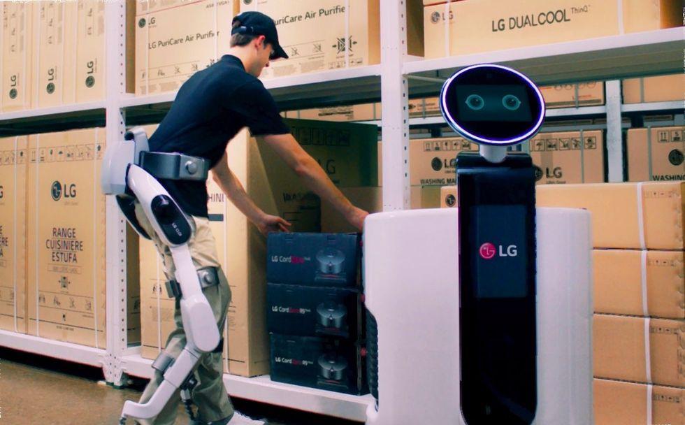 LG visar upp exoskelettet CLOi SuitBot