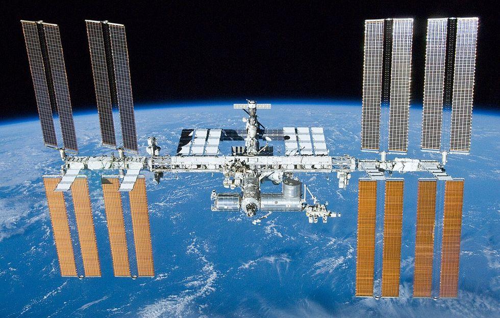 Internationella rymdstationen ISS har börjat läcka ut luft