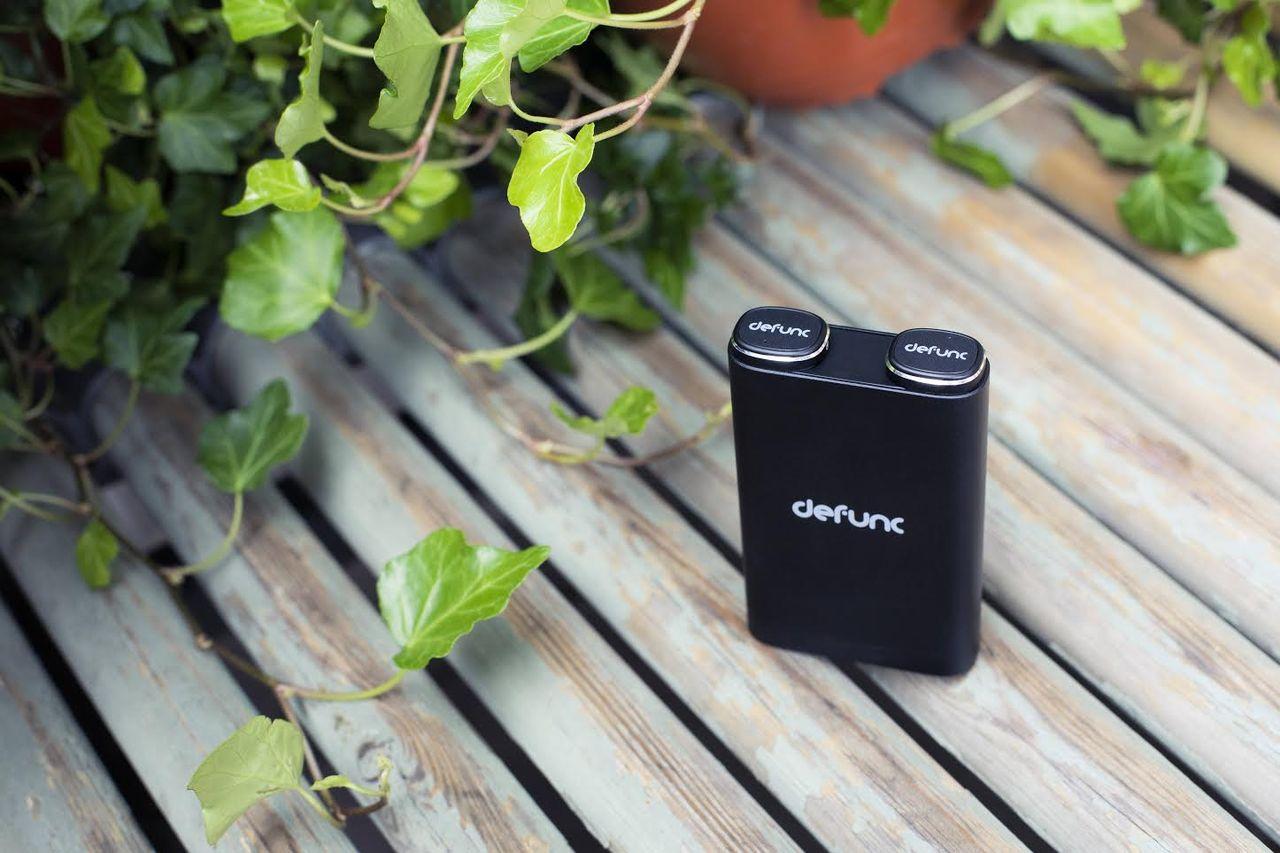 Defunc True kombinerar hörlurar med batteripuck