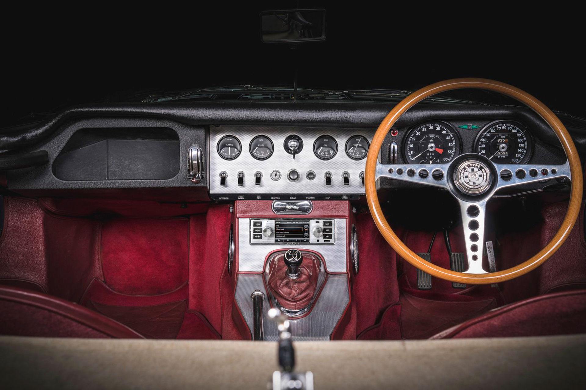 Modern stereo med retro-utseende till Jaguar och Land Rover