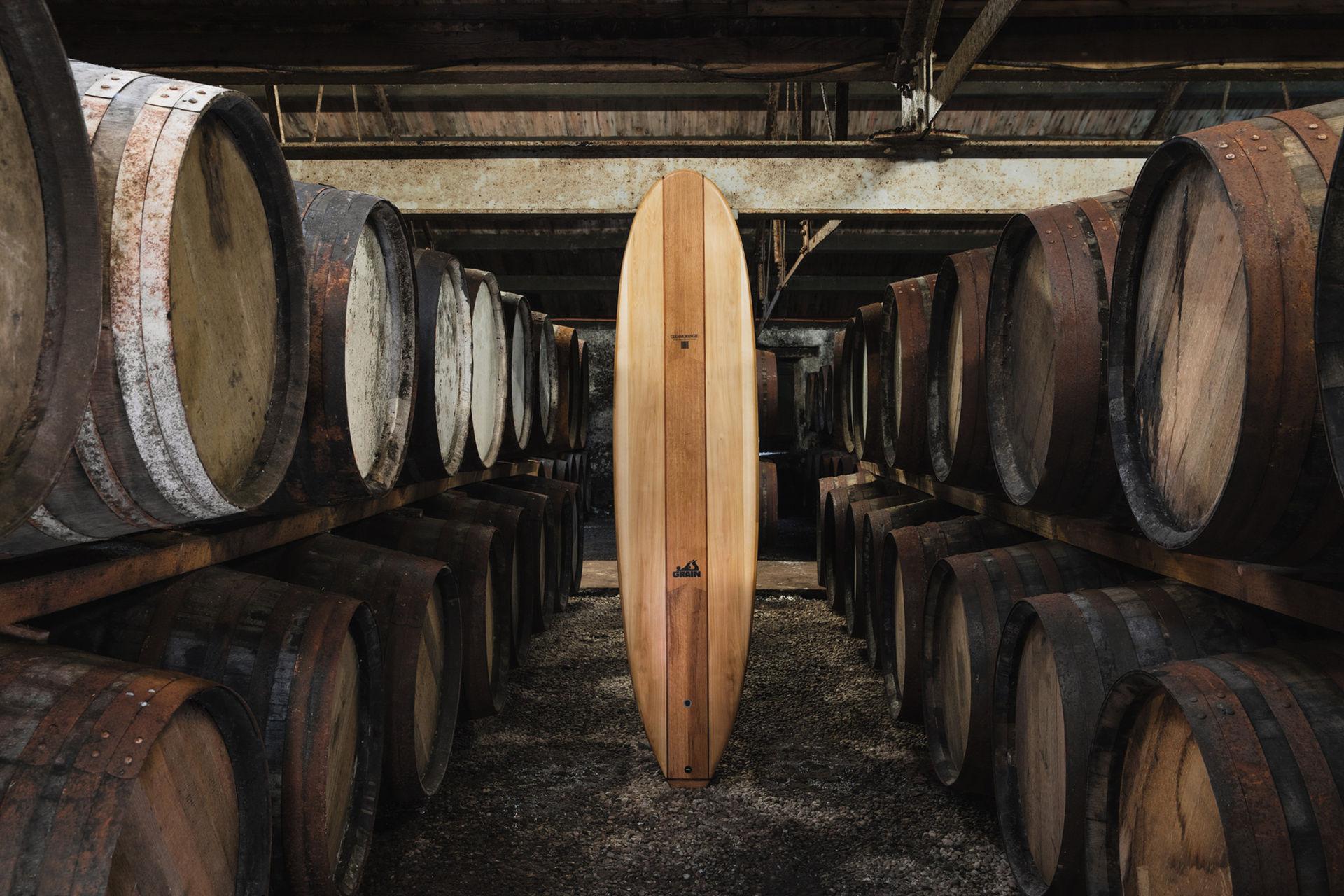 Handbyggd surfbräda av trä från whiskyfat