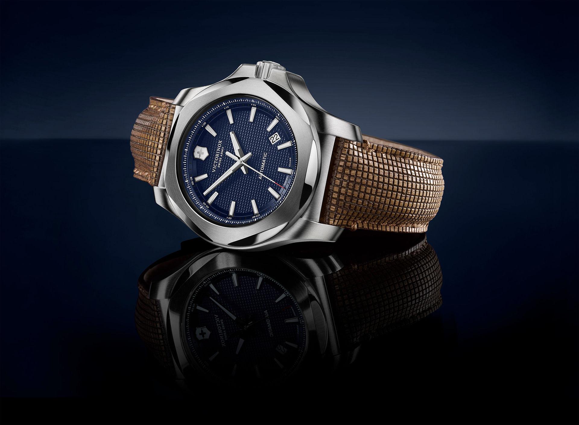 Victorinox nya klocka har armband av trä