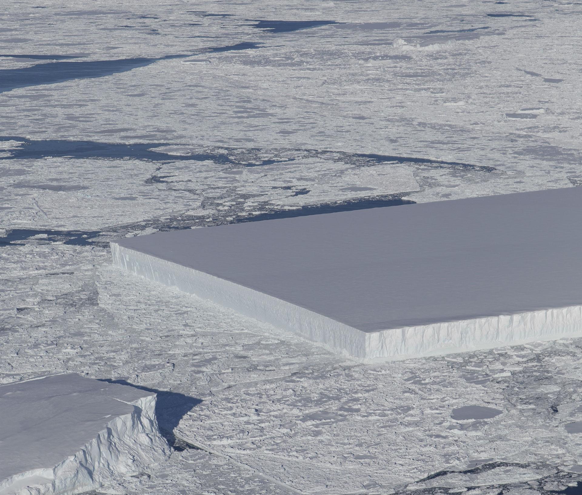 Rektangulärt isberg siktat i Antarktis