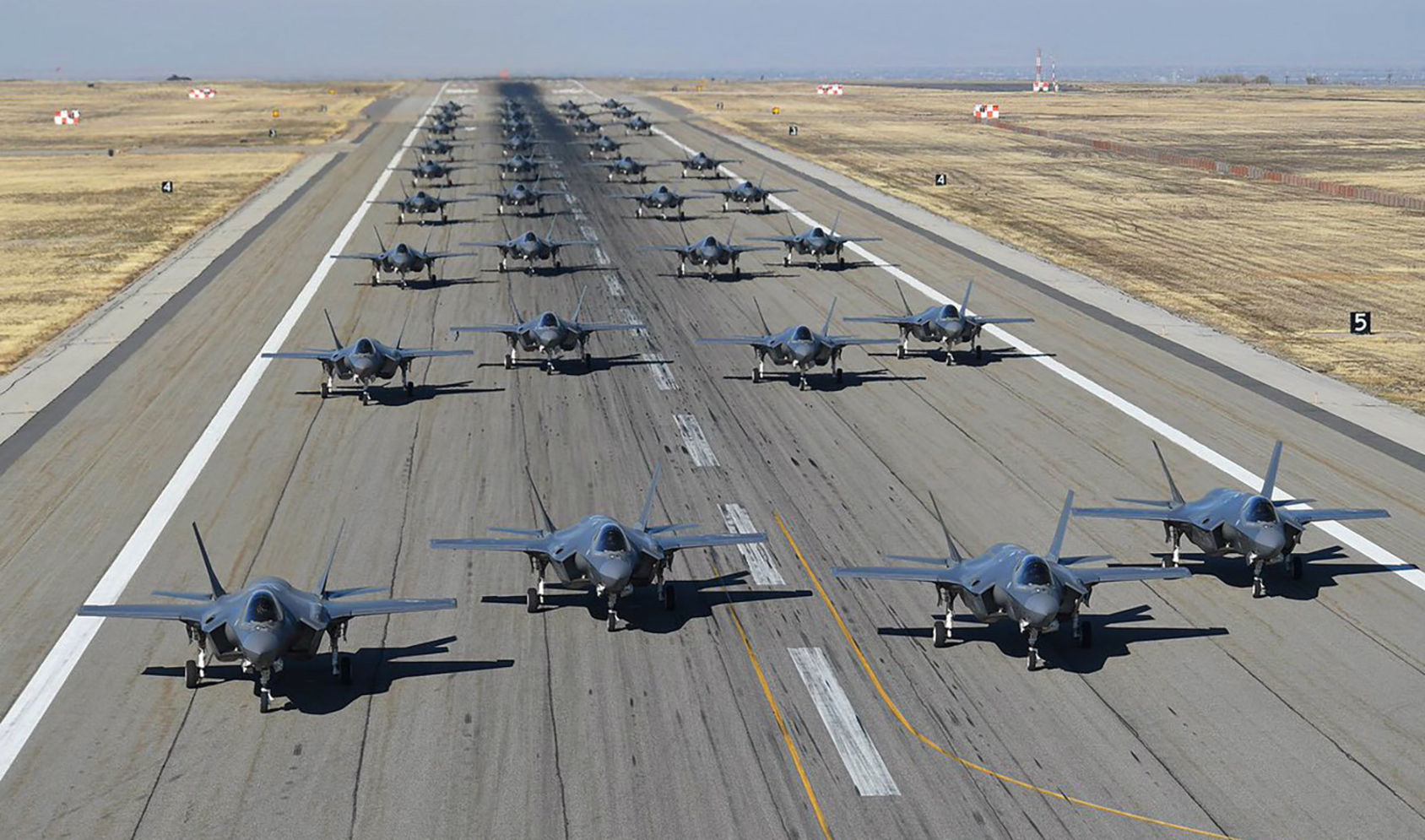 Kolla in när amerikanska flygvapnet gör en elefantpromenad