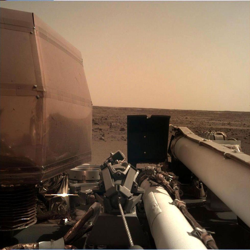 Här är första bilden från InSight som landat på Mars