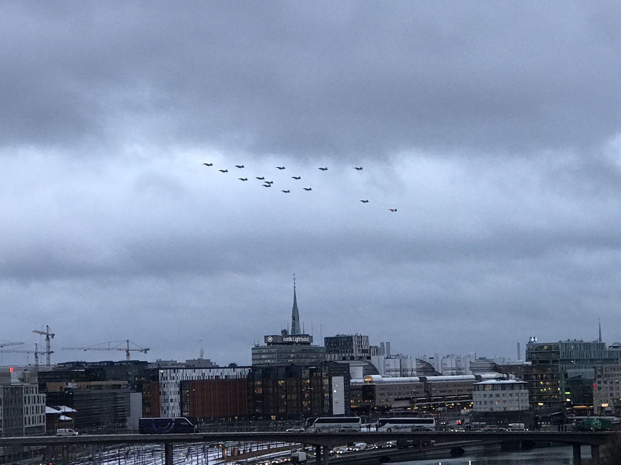Idag och i morgon flyger julgranen över Sverige igen