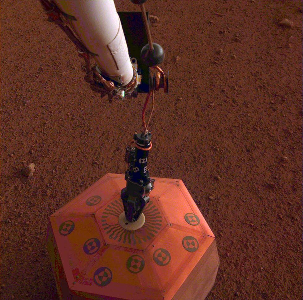 InSight har placerat ut sin marsbävnings-detektor på Mars