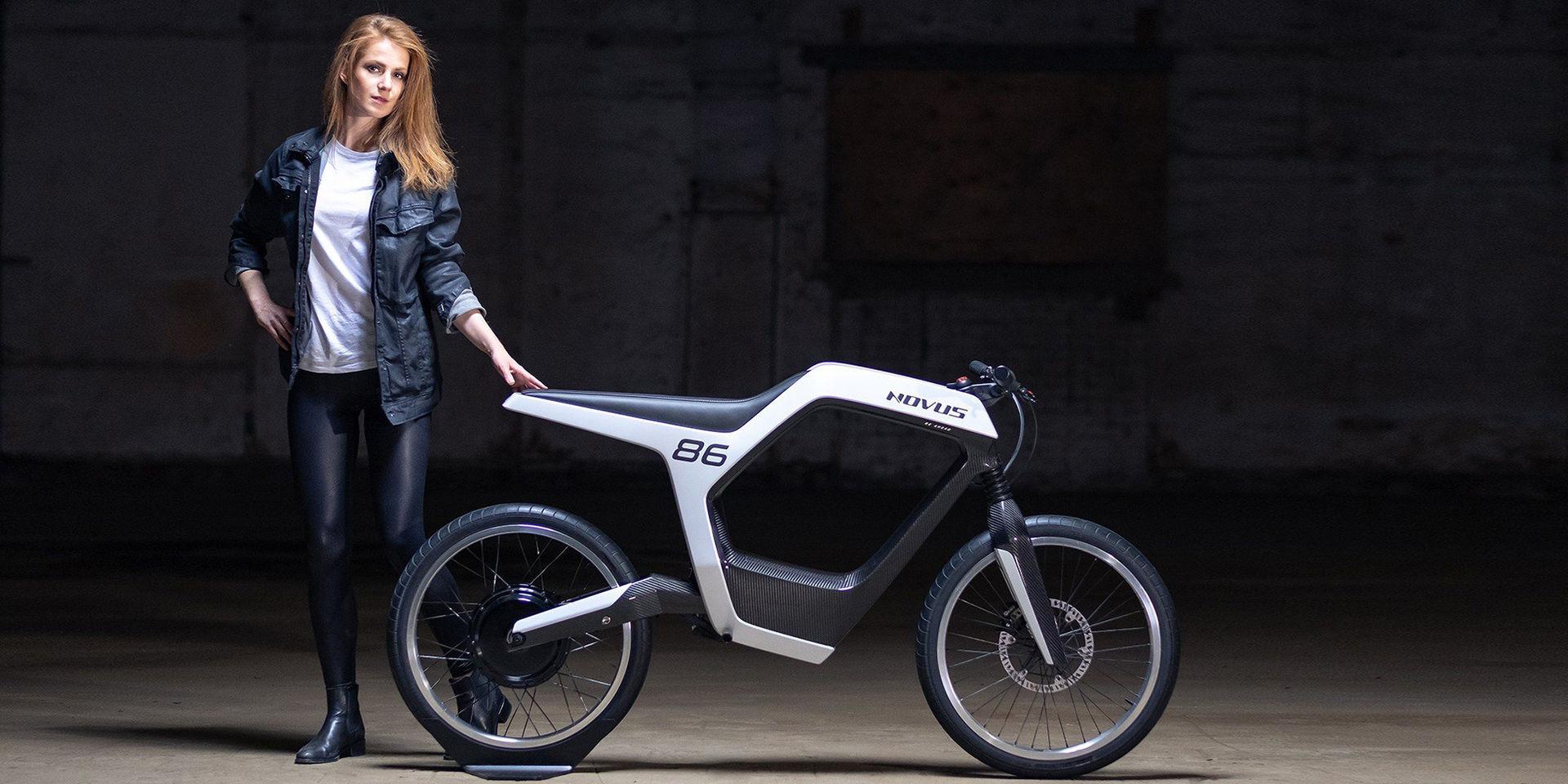 Elegant men dyr eldriven motorcykel
