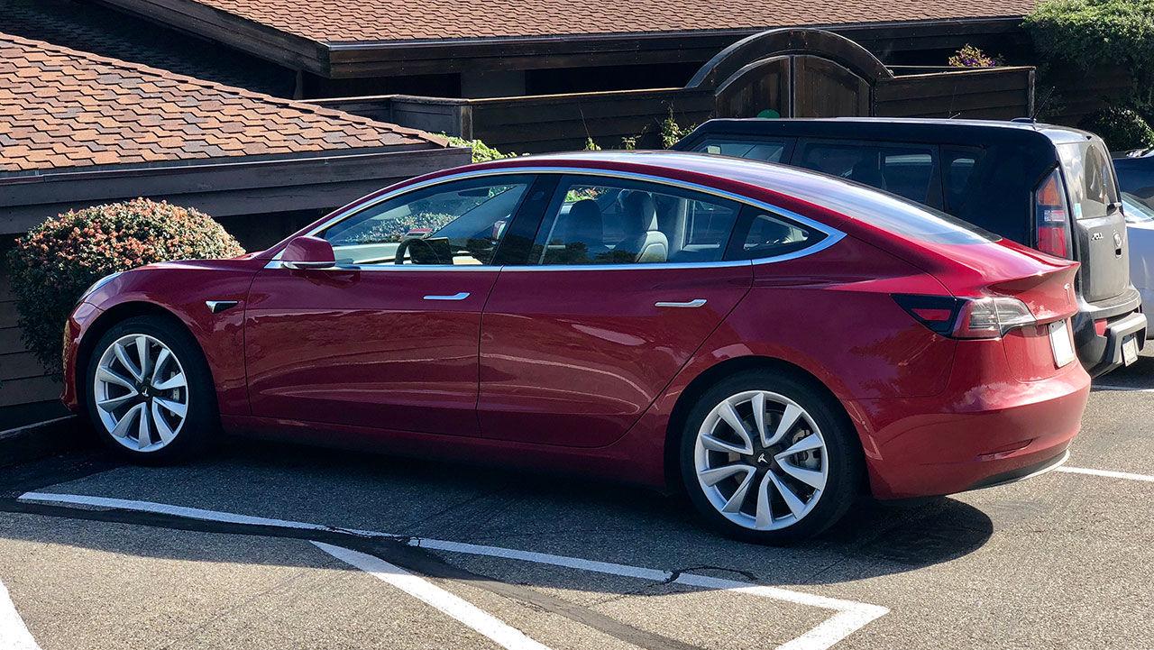 Lyckas du hacka en Tesla Model 3 så får du den