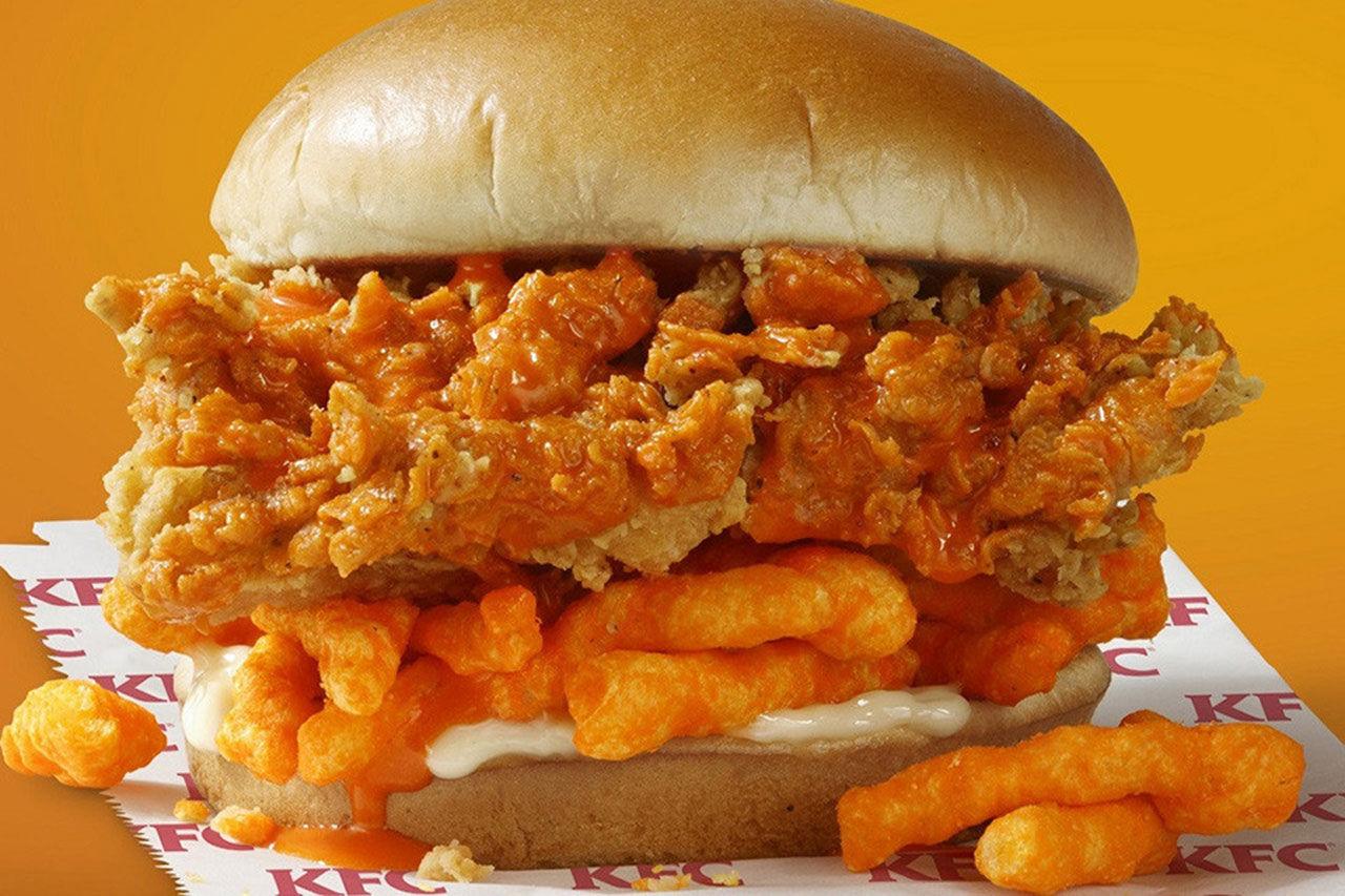Burgare med friterad kyckling och Cheetos