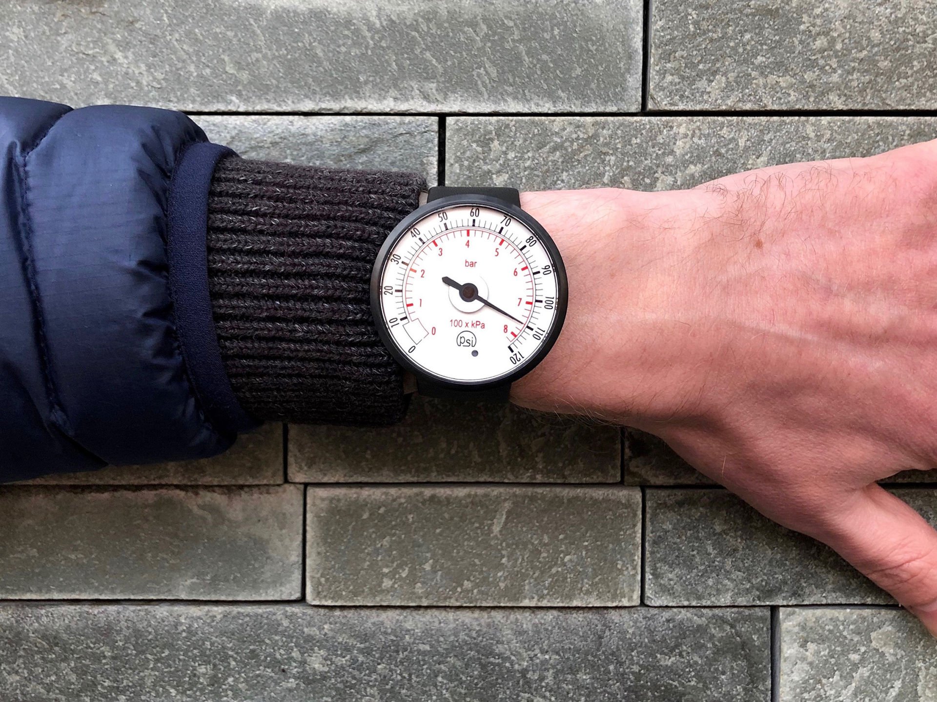 Klocka som ser ut som en manometer