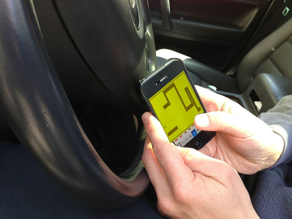 Folk fortsätter fippla med sina mobiler bakom ratten