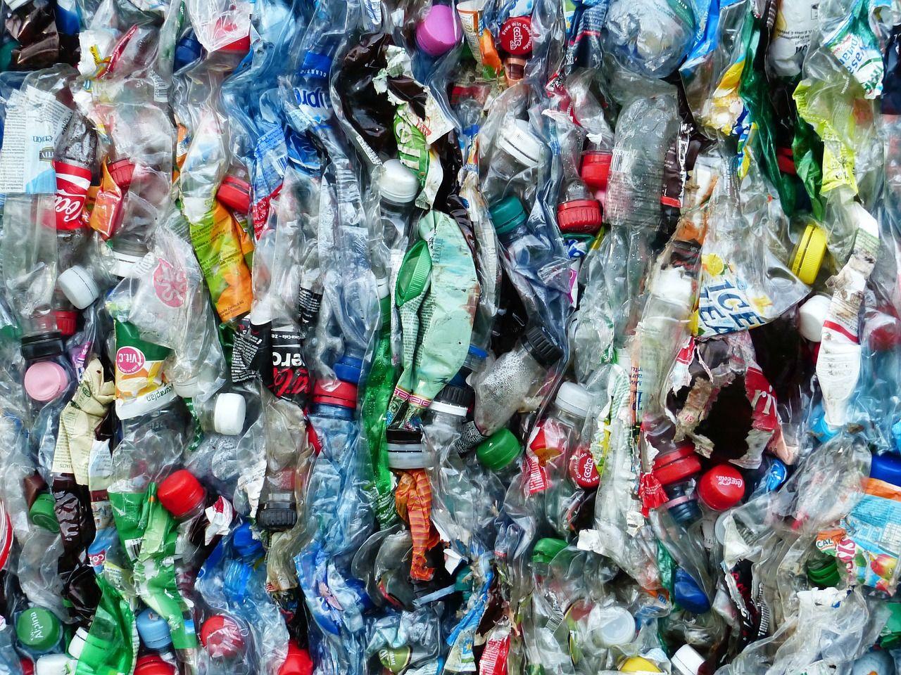 Världens länder undertecknar sopavtal för plastavfall
