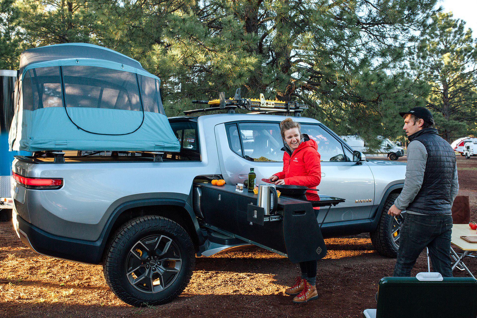 Rivian presenterar camping-prylar till sin pickup