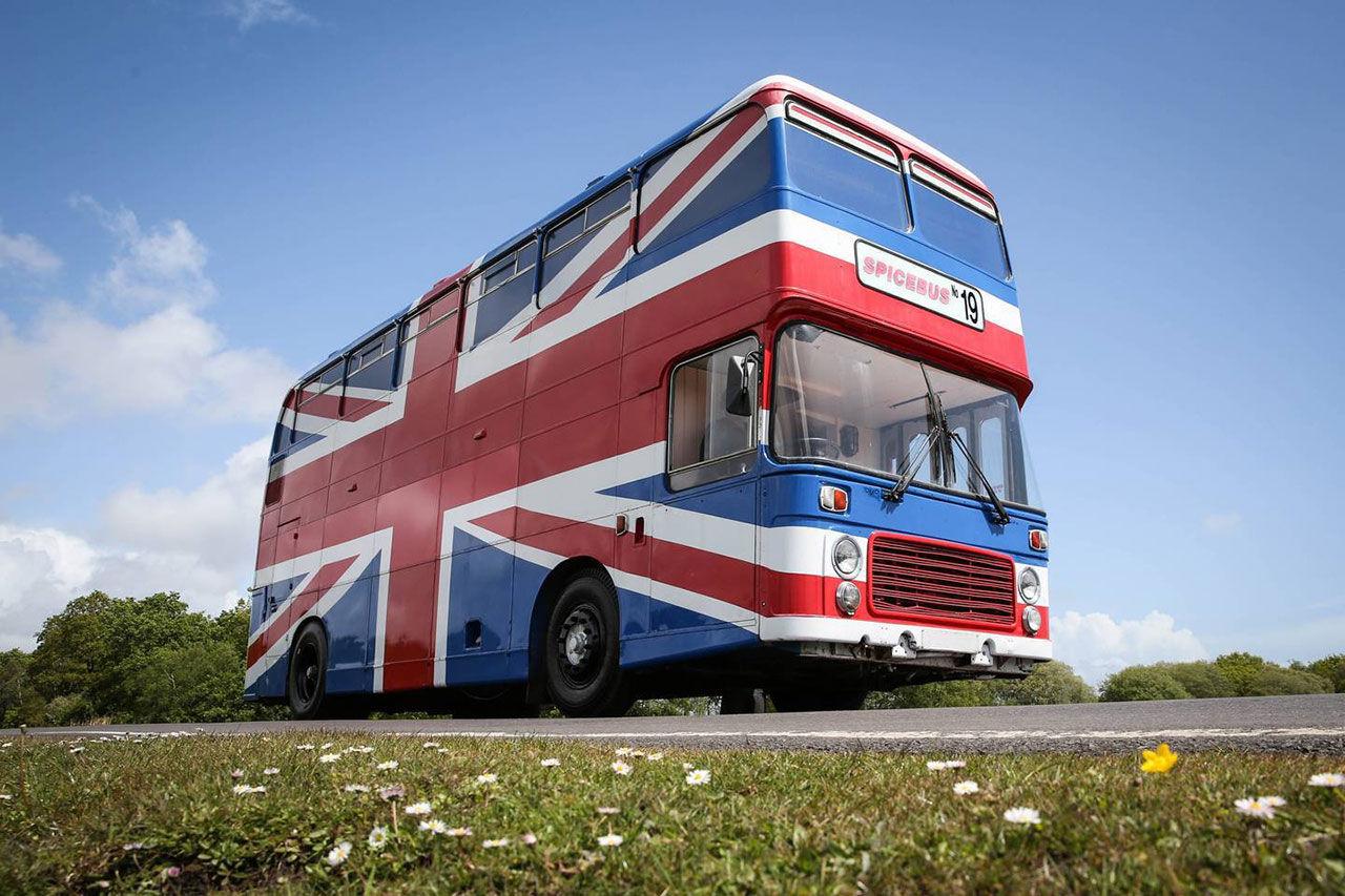 Nu kan du bo i Spice Girls-bussen