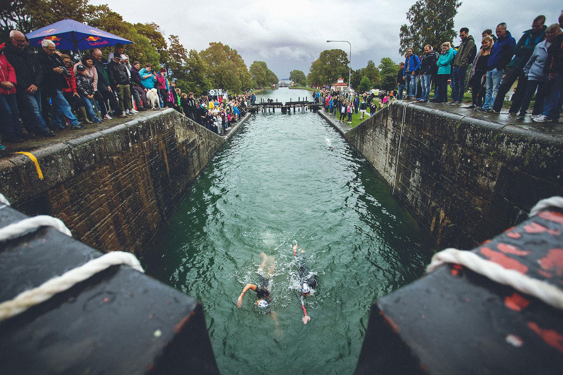 Simma upp för Göta Kanals slussar