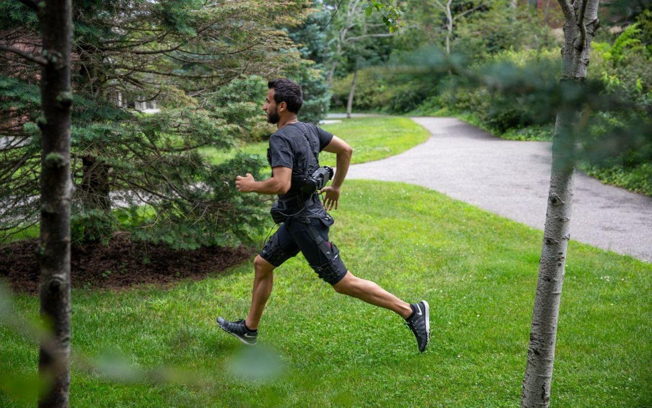Exodräkt använder AI för att springa och gå