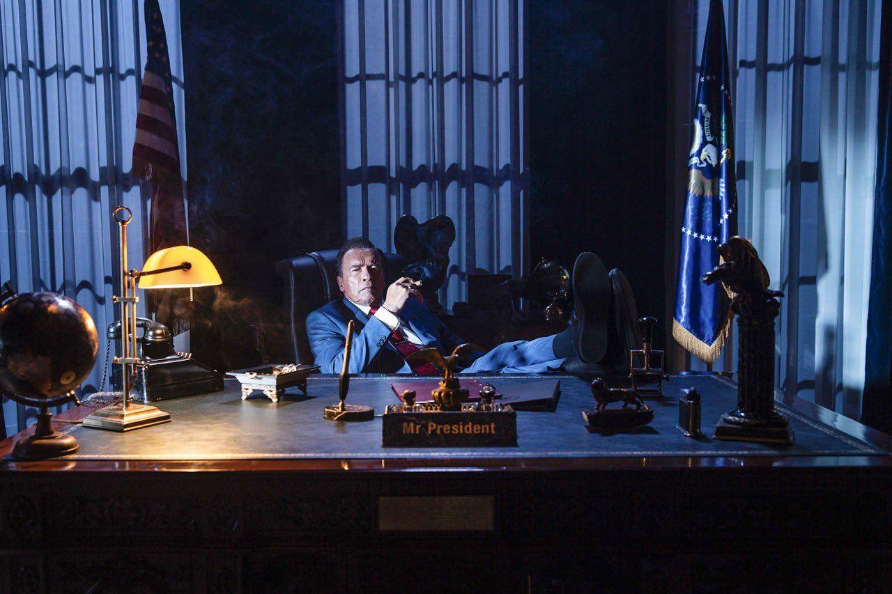 Se Arnold som president i Kung Fury-filmen