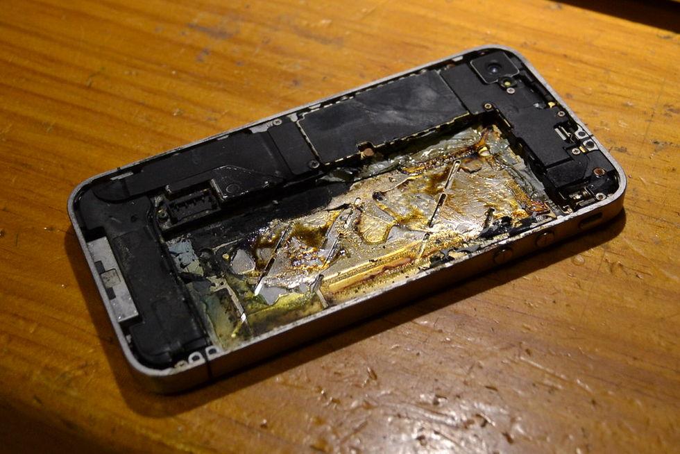 Tonåring dog efter att mobiltelefon exploderade på kudden