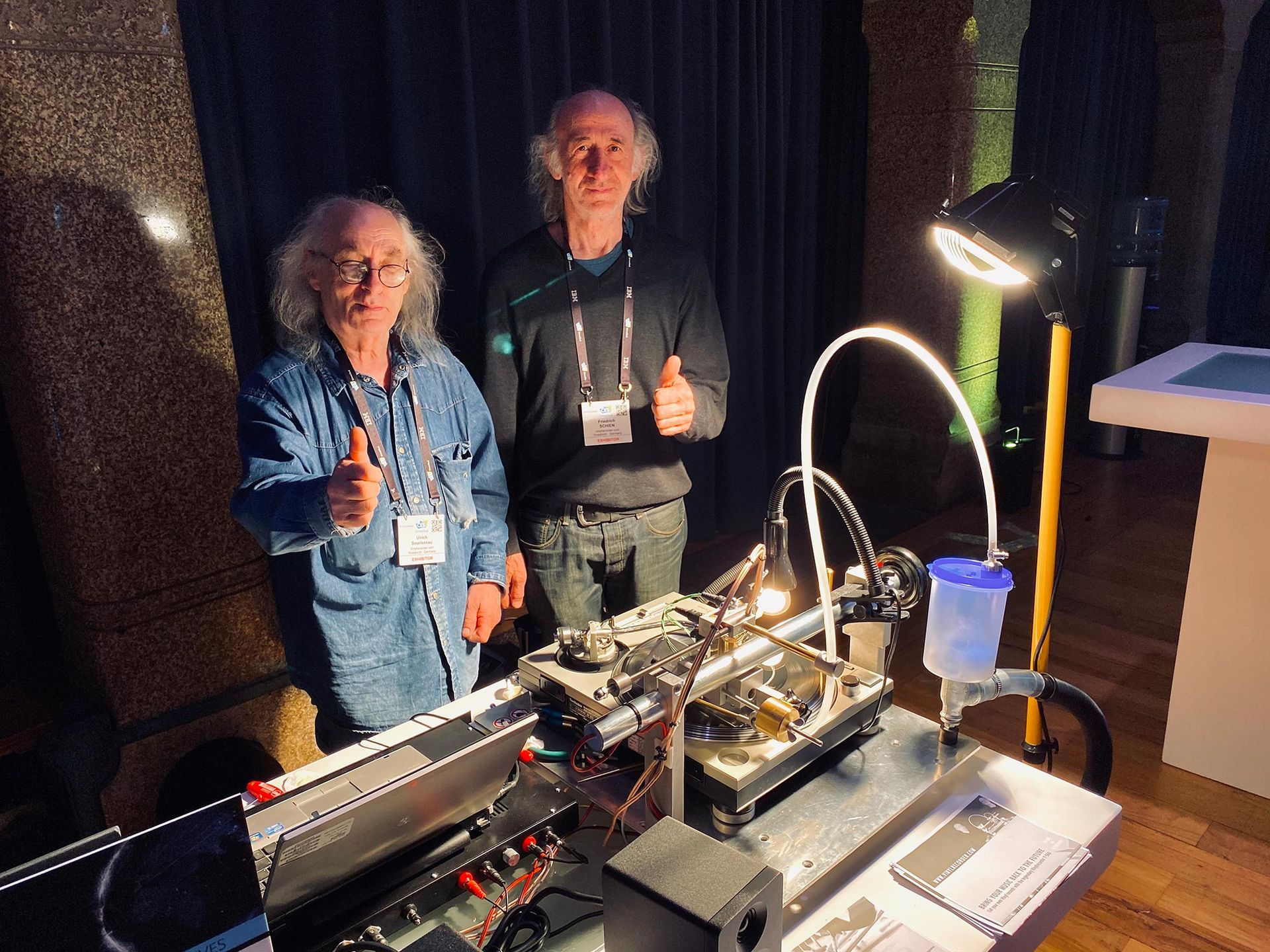 Två herrar gör maskin som spelar in vinylskivor