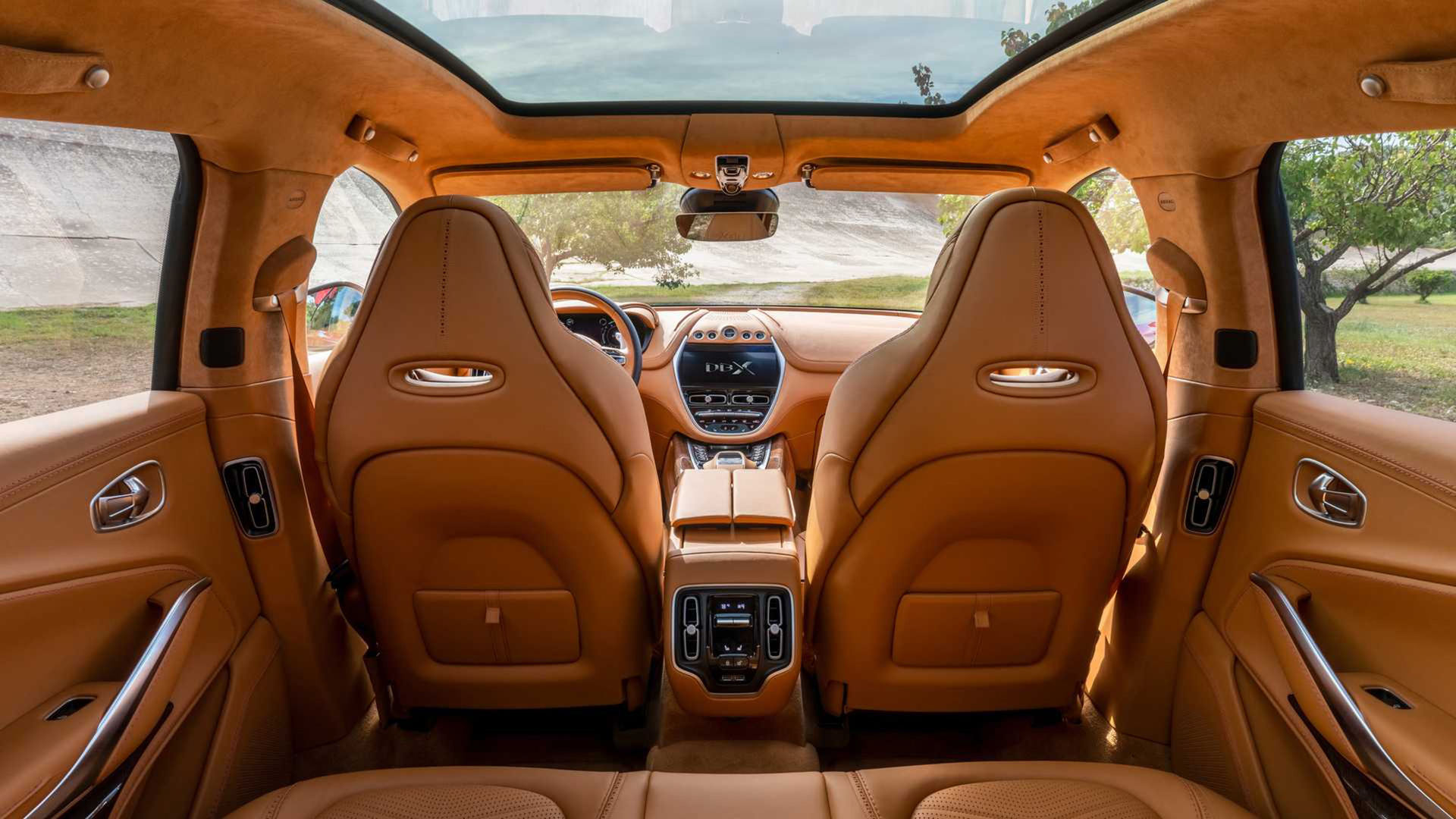 Aston Martin visar mer av insidan på DBX