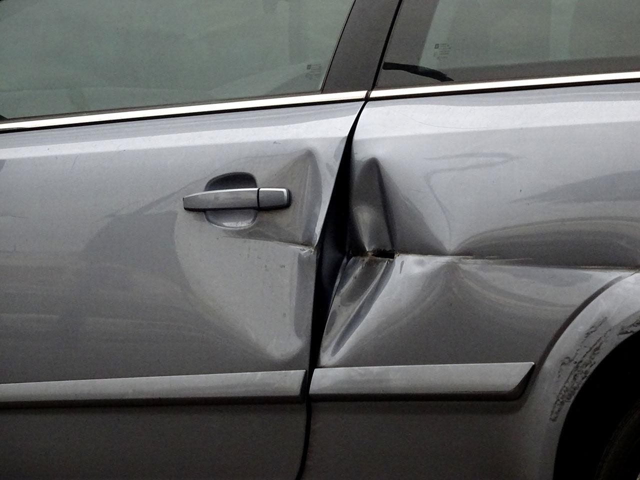 Treåring repade tio stycken bilar hos återförsäljare