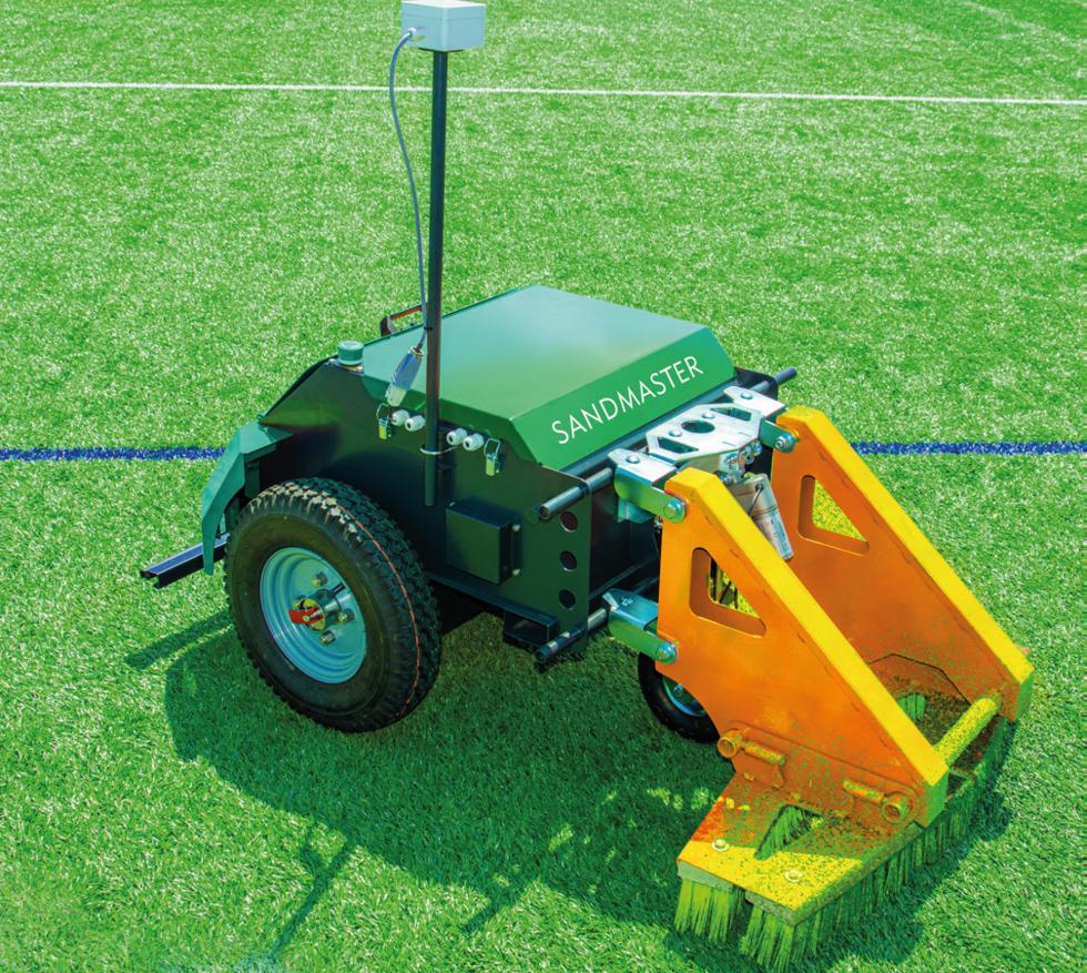 Robotar börjar ta hand om konstgräs på fotbollsplaner